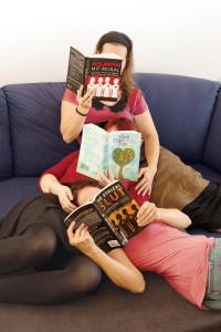 Drei Frauen lesen Poly-Bücher